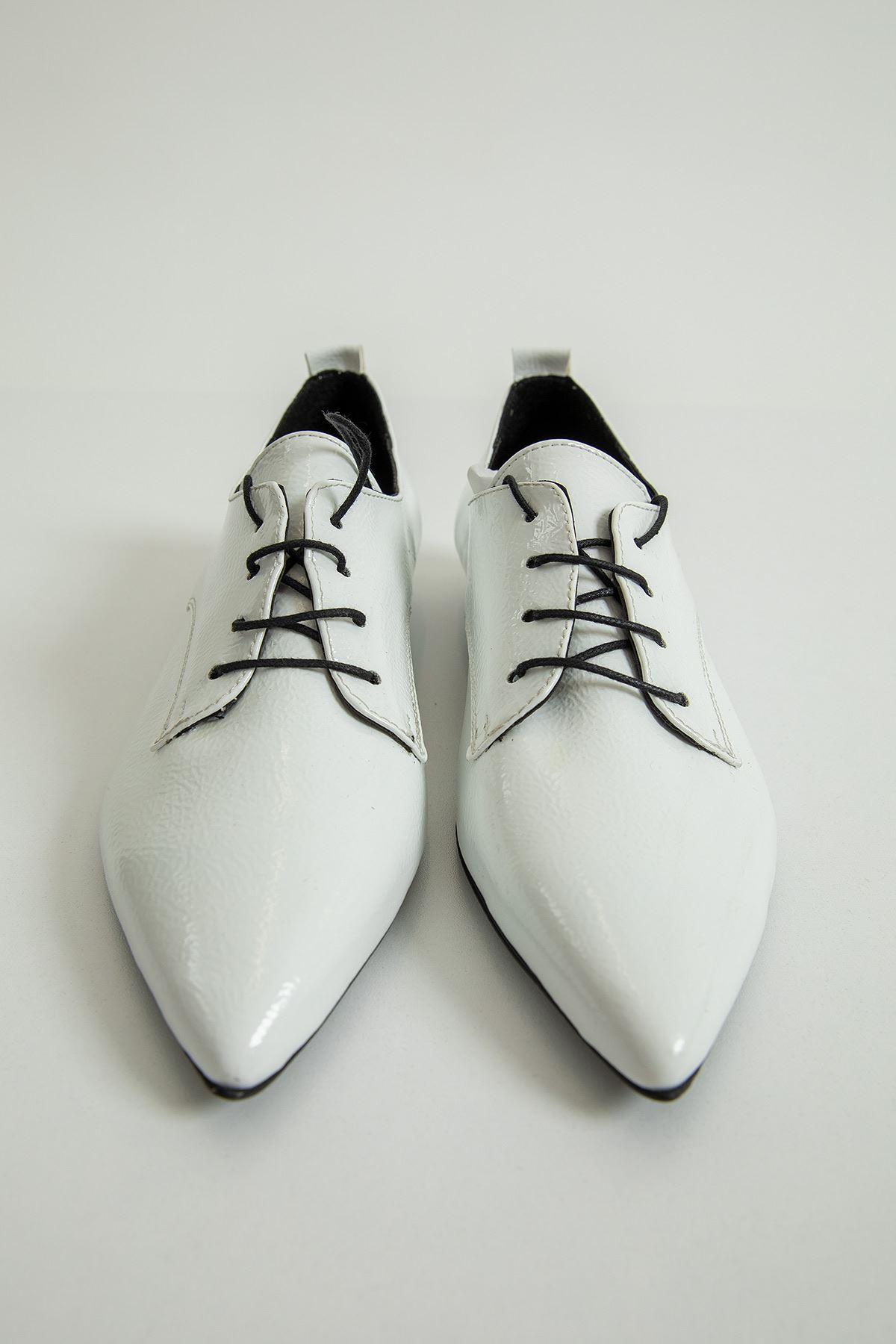 Sivri Burun Bağcıklı Ayakkabı-Beyaz
