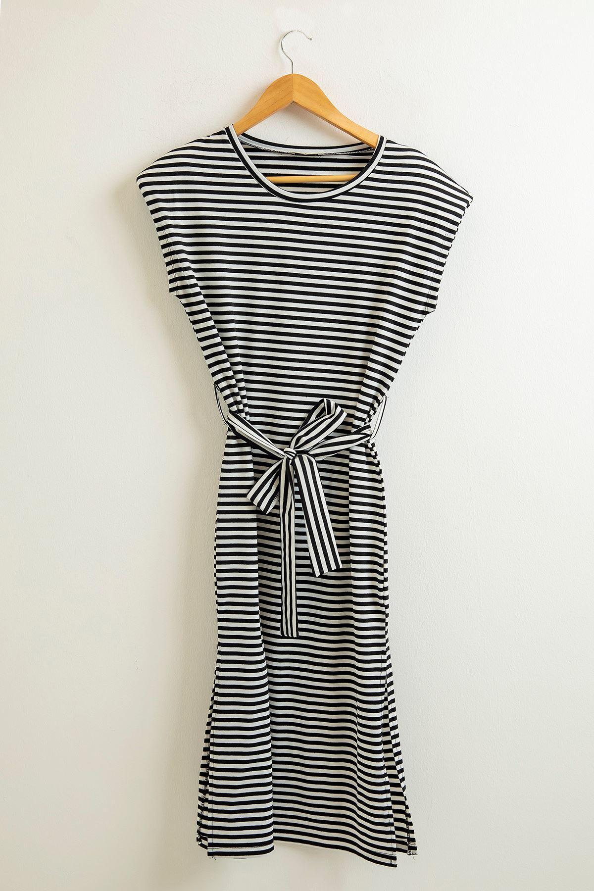 Vatkalı Beli Kuşaklı Elbise-Siyah