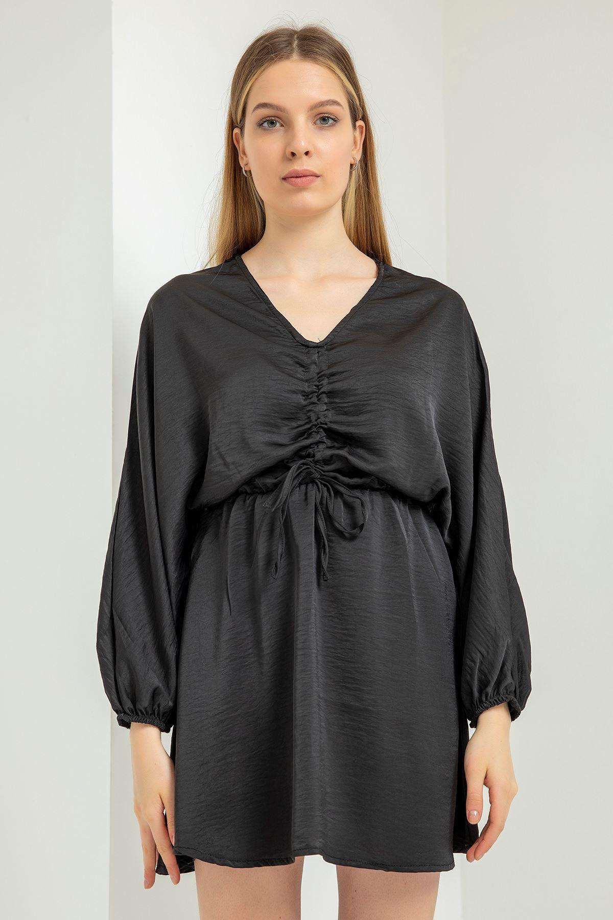 Geniş Yaka Beli Bağlamalı Saten Elbise-Siyah