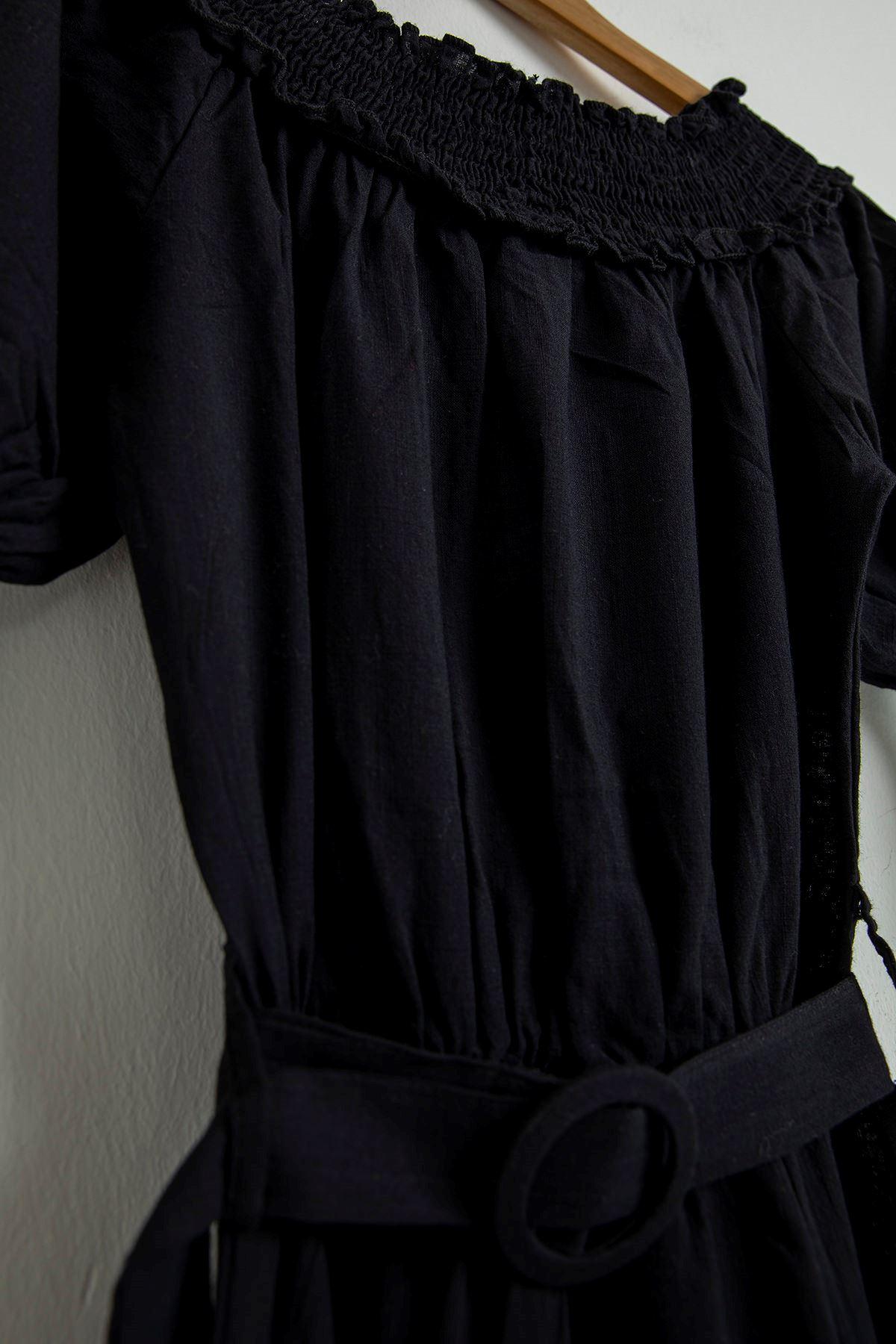Yakası Gipeli Kemerli Elbise-Siyah