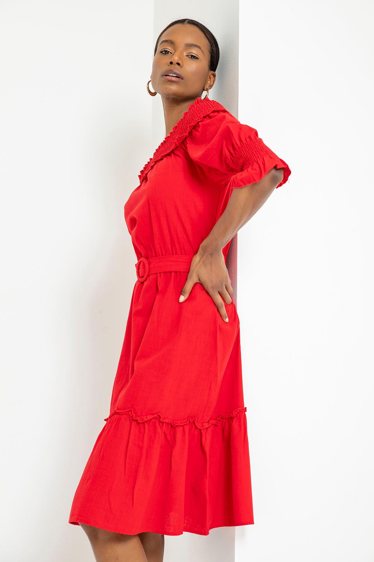 Yakası Gipeli Kemerli Elbise-Kırmızı